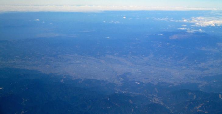 Das rundum von Bergen umgebene Miyakonojo-Bassin aus der Luft