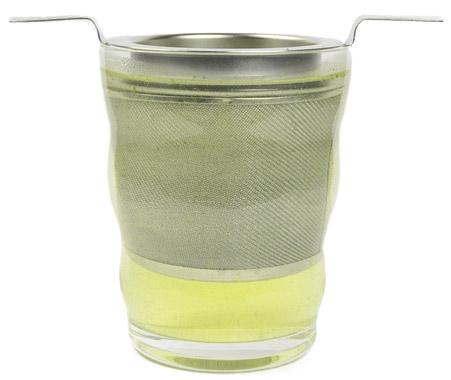 Grüner Tee in Glas mit Sieb